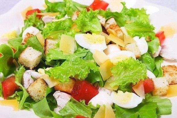 Ингредиенты салата цезарь с курицей и помидорами