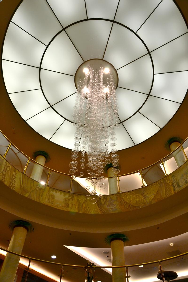 6. Интерьер фойе концертного зала выполнен в египетском стиле.